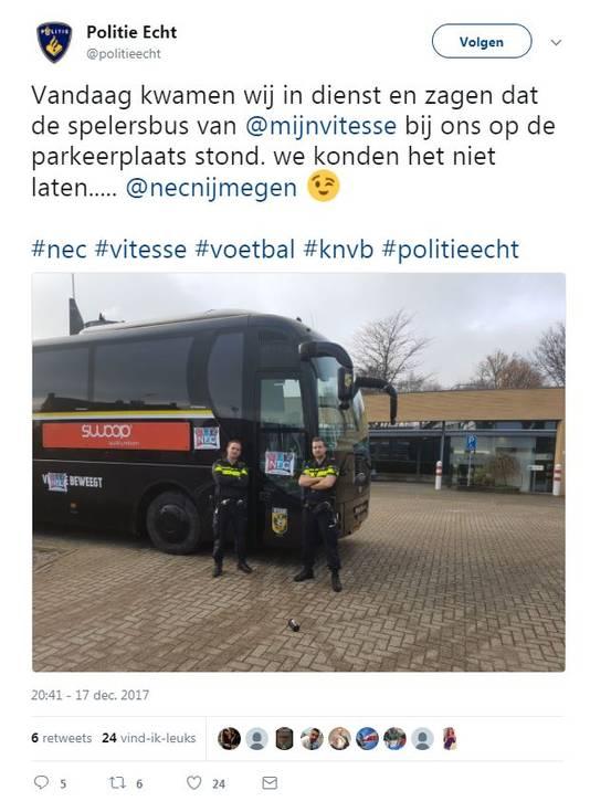 WHUT! Politieagenten plakken ODW-stickers op spelersbus Vitesse