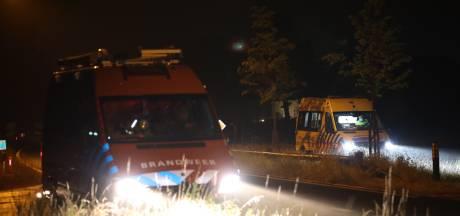 Fietsster belandt in het water in Schijndel, politieagenten krijgen haar op het droge
