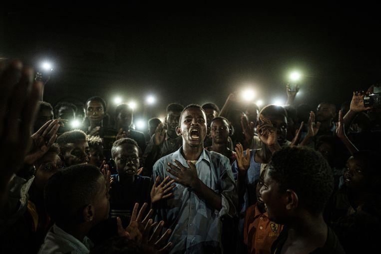 De winnende foto: een demonstrant leest een protestgedicht voor in de Soedanese hoofdstad Khartoem. Beeld AP