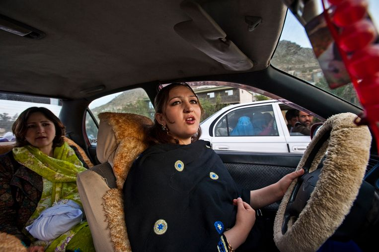 Een Afghaanse actrice in haar wagen.  Beeld © Lynsey Addario / 2021 The Atlantic Monthly Group, Inc.   All rights reserved. Distributed by Tribune Content Agency