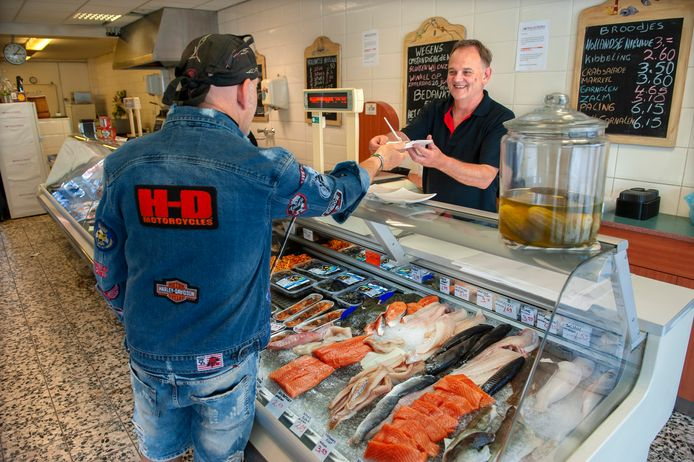 Hans van der Heijden hielp afgelopen zaterdag de laatste klanten in zijn winkel aan het Moleneindplein in Vught.