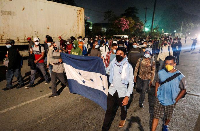 Duizenden asielzoekers vormen in Honduras groepen om samen naar de Verenigde Staten te lopen.
