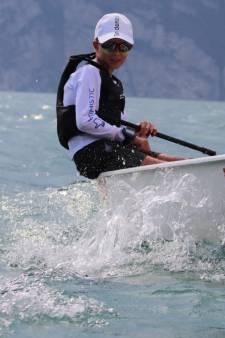 Na halfjaar duikt de gestolen boot van jeugdzeiler Tjed (13) weer op