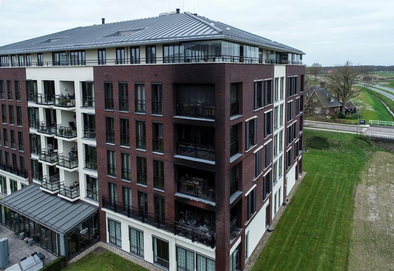 Bij een brand in een appartementencomplex met 37 woningen in Delden (Overijssel) zijn twee mensen om het leven gekomen.