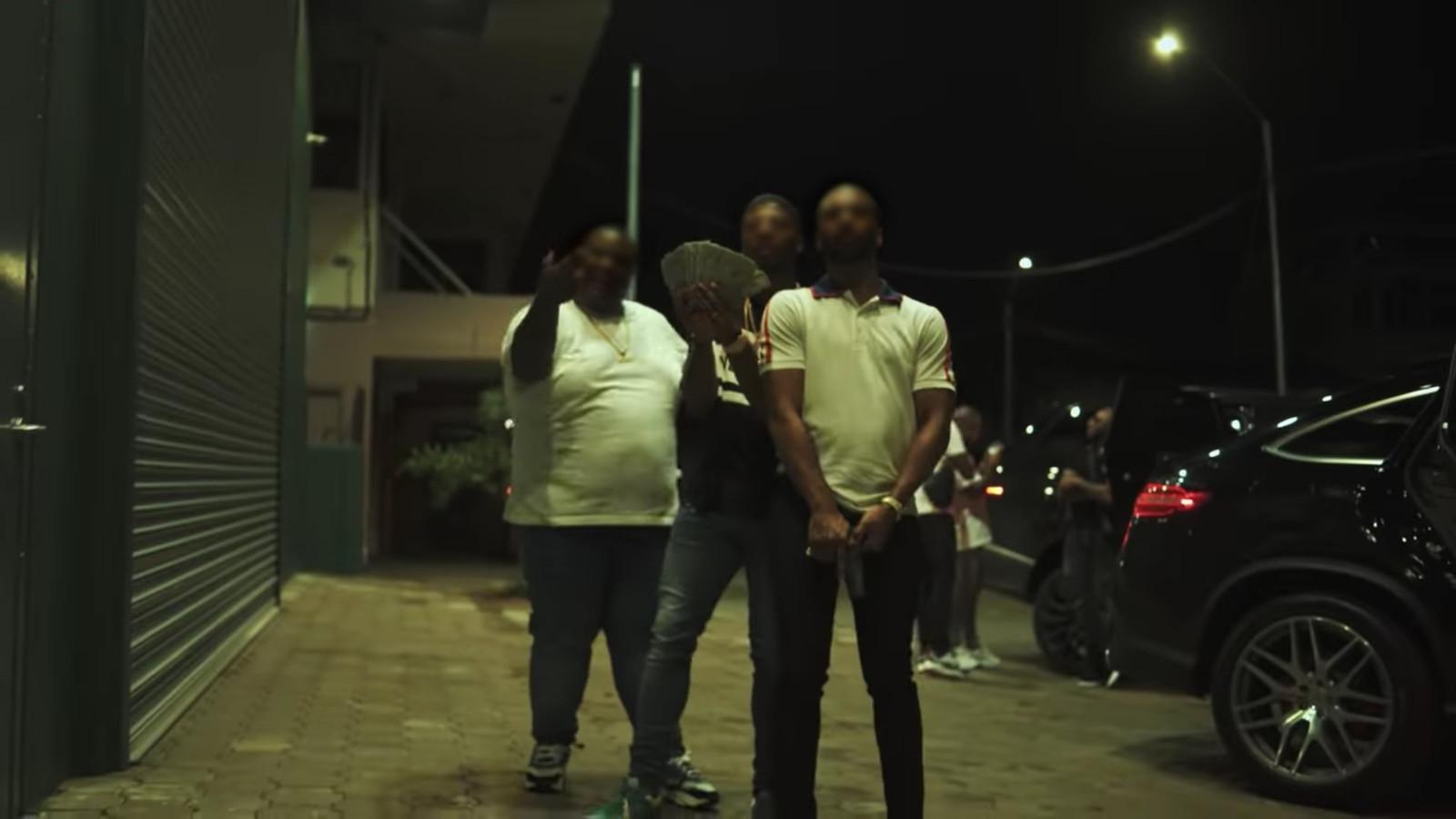 Still uit de video 'Amiri' van JoeyAK (midden).