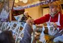 De moeder van Oliebollenbakker Richard Visser had als laatste wens om nog een keer bij de kraam te kijken die ze ooit zelf begonnen is.  foto Jan de Groen