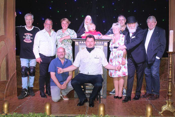 Peter Van Praag (centraal) met de cast van zijn eigen Gentse Feesten.