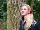 Anna McRose (Anica Pongers) uit Vriezenveen zingt de bijstandsballade Als bijstand jouw lot is, die voor het tv-programma De Opstandelingen is geschreven door René Beunders uit Enschede.