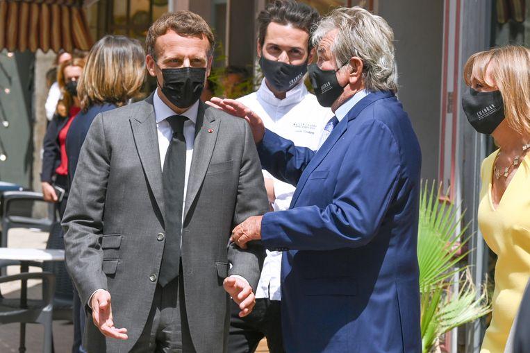 Macron met een restaurateur tijdens zijn bezoek. Beeld EPA