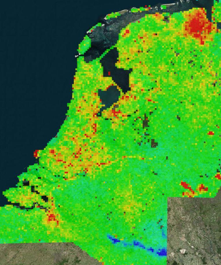 De kaart geeft de totale verzakking aan in geel en rood, de blauwe streep is waar de bodem juist stijgt.  Beeld TU delft