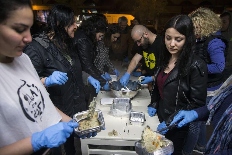 Liefdadigheidsclubs delen in Athene voedsel uit aan daklozen. De werkloosheid in Griekenland ligt op 20 procent. Beeld Getty Images