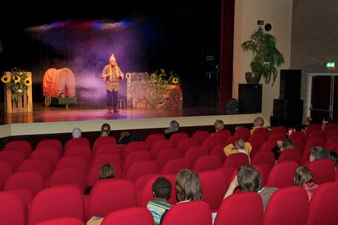 Een voorstelling in de schouwburgzaal van Theothorne in Dieren.