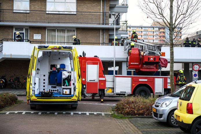 Een vuurwerkbom heeft op het Aïdaplein in Alphen veel schade aangericht.
