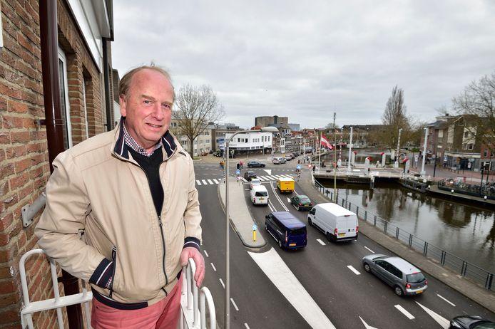 Maarten ter Meulen heeft grote bezwaren tegen het verkeerscirculatieplan waarin staat dat je straks niet meer van de Kattensingel naar het Kleiwegplein kan. ,,Om in Haastrecht te komen moet ik een grote omweg gaan maken.''