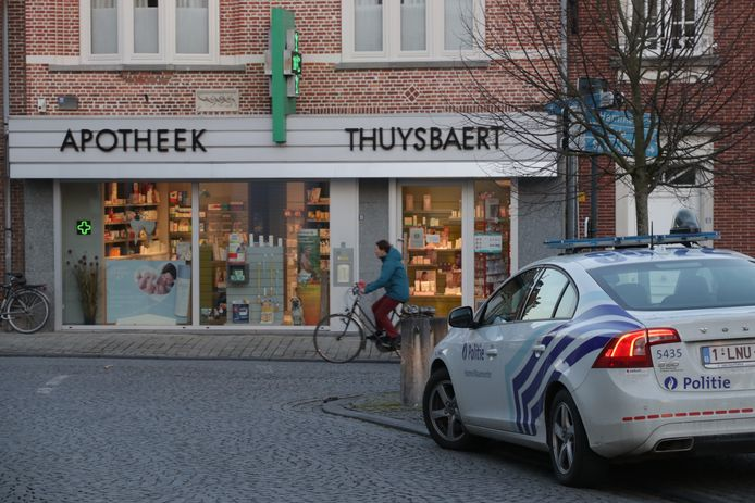 Apotheek Thuysbaert werd vrijdag in de late middag overallen door twee gewapende en gemaskerde mannen.