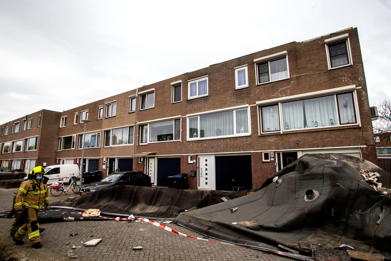 Opnieuw woei in Staart-oost een dak van woningen, compleet met schoorstenen en zonnepanelen.