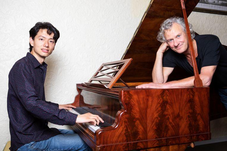 Martijn Oei (links) en Frits Janmaat, die hem een vleugel schonk. Beeld Martijn Gijsbertsen