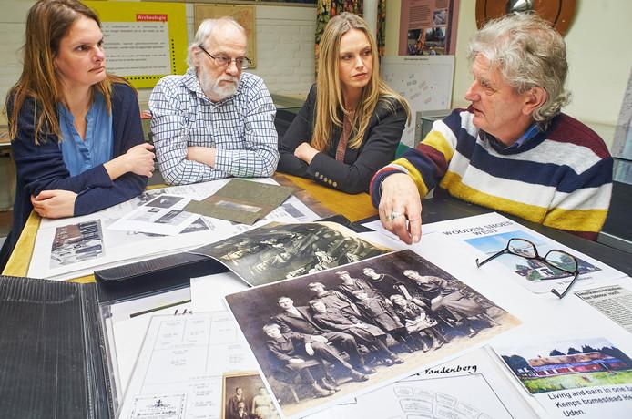 Documentairemaaksters Diny van Hoften (links) en Marion van Bergen (rechts) met genealogen Willem Keeris (links) en Wim Rovers (rechts)  in het Heemhuis te Uden. Keeris en Rovers verdiepen zich al jaren in de connectie tussen Little Chute en Uden