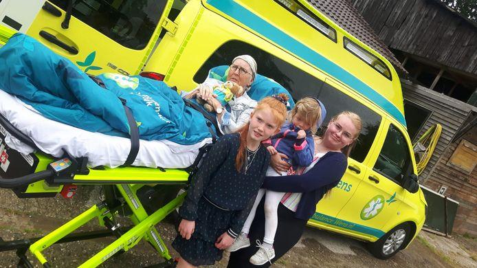 Hanneke Harrewijn werd donderdag opgehaald door de wensambulance. Haar laatste wens ging in vervulling: ze vierde in het bijzijn van haar familie, onder wie haar kinderen en kleinkinderen, alvast haar 65ste verjaardag.