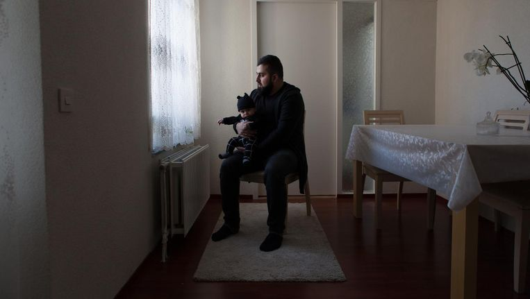 Vader Mehmet met Muhammed. 'Of hij gevoel krijgt in zijn voet, dat weten we niet. Misschien gaat hij kreupel lopen.' Beeld Rogier van 't Slot