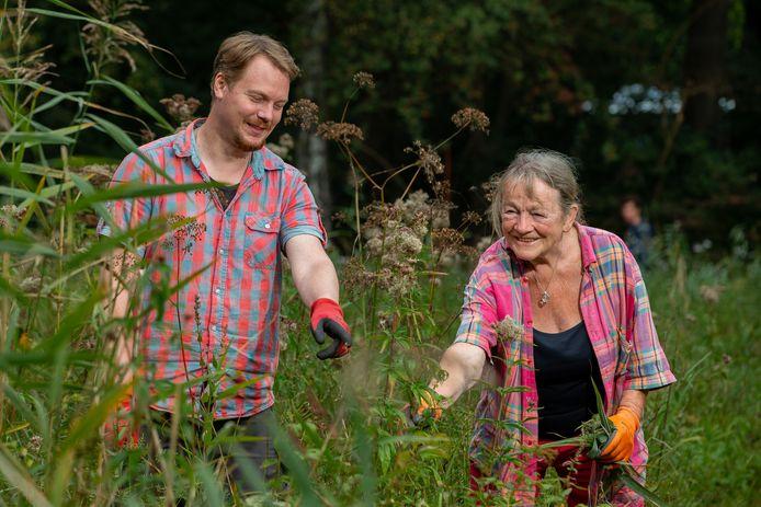 Beheerder Bas Budel met collega-vrijwilliger Bernadette van Beekum aan het werk op het Knuppelpad in de Hortus in Nijmegen.