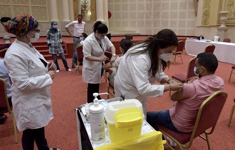 Tunesiërs die in de toerisme-industrie werken krijgen een vaccinatie. Beeld AFP