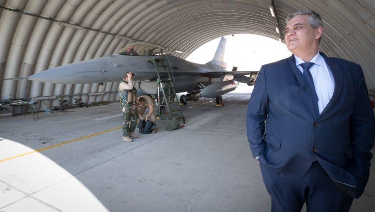 Minister van Defensie, Steven Vandeput, bezocht eind maart in Jordanië de militaire basis van waaruit Belgen opereren. Beeld BELGA