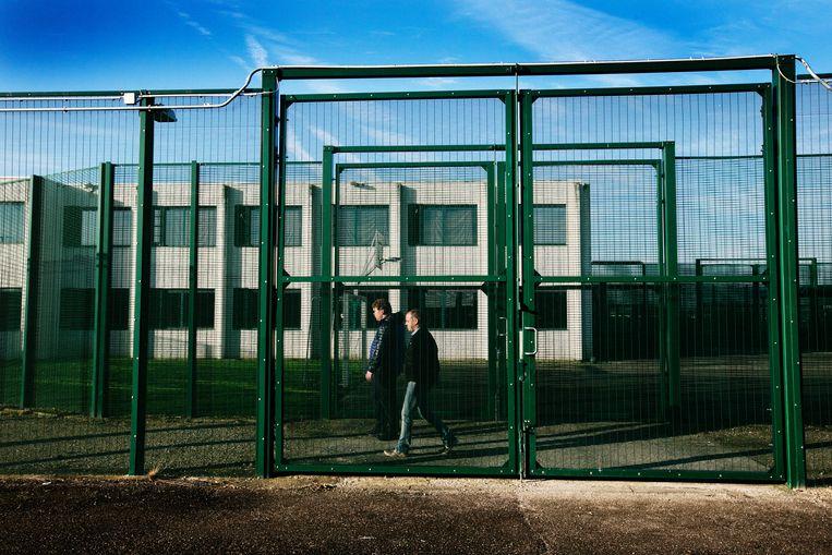 Het gesloten repatriëringscentrum 127bis in Steenokkerzeel. Hier brengt de politie mensen zonder papieren naartoe. Soms nadat ze eerst hun huizen is binnengedrongen. © Beeld Tim Dirven