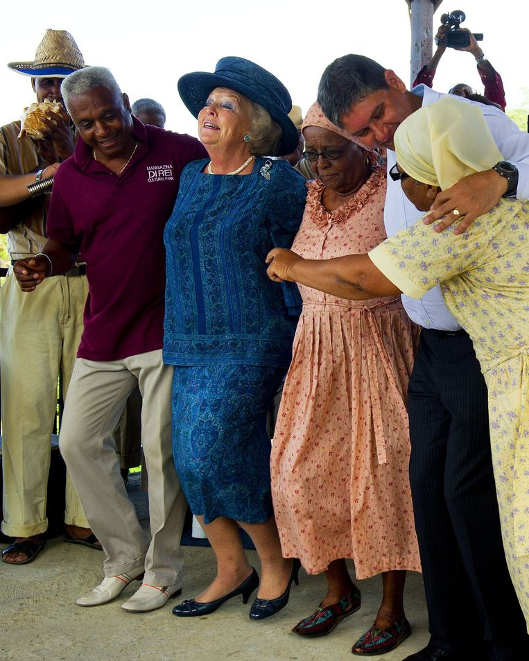 epa02987360 Dutch Queen Beatrix (C) dances with residents at the Rising Cultural Park of Bonaire, Mangazina Di Rei, during her visit to the island of Bonaire in the Caribbean Netherlands, 31 October 2011.  EPA/ROBIN UTRECHT Beeld EPA