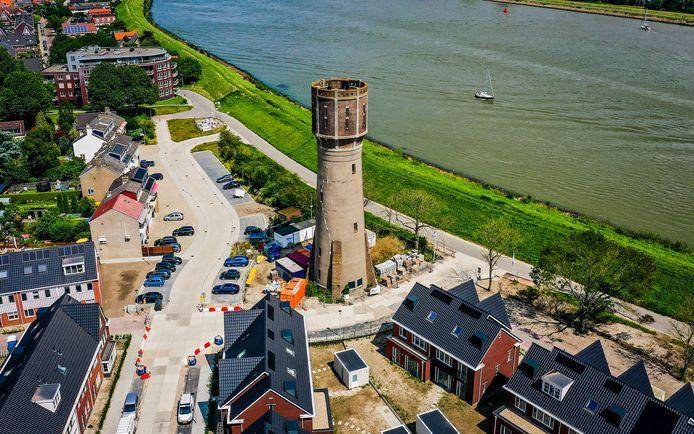 De watertoren in 's-Gravendeel bij het nieuwbouwproject Bij de Watertoren staat te koop.
