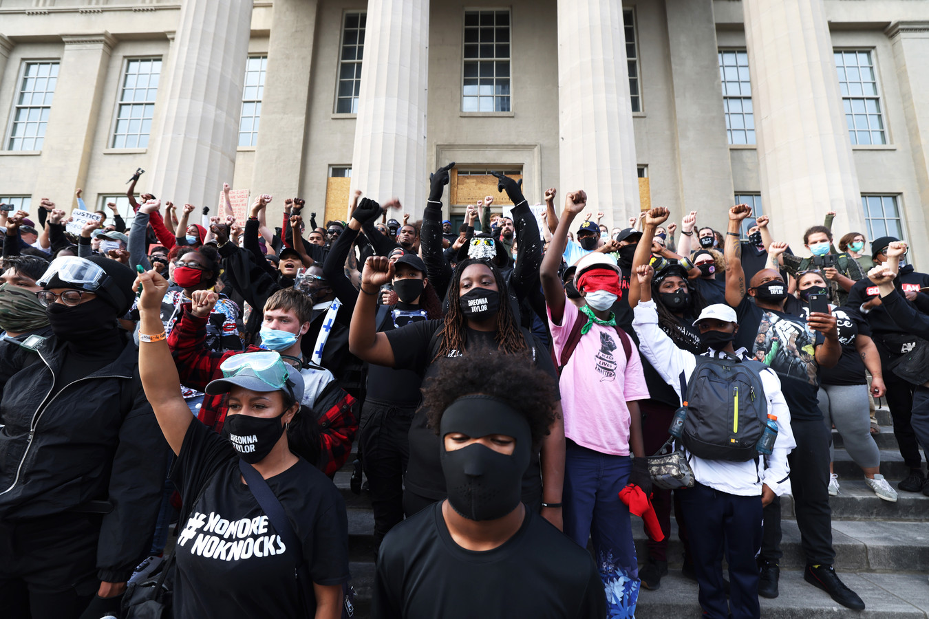 Demonstranten voor het gemeentehuis van Louisville.