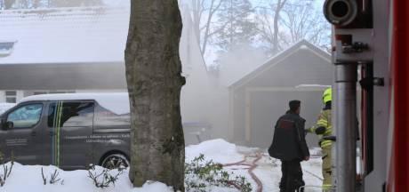 Brandweer rukt uit voor brand in schuur achter woning in Bennekom