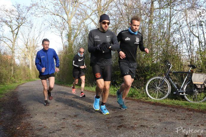 Van links naar rechts gaan John van Tilburg, Patrick van Iersel, Martijn de Vriesen Martijn Blommaert van start voor hun marathon in Veere.