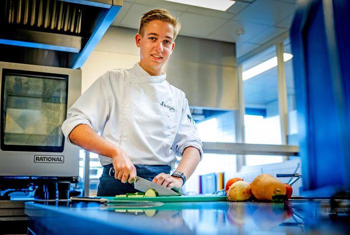 Jasper Hooghwerff in de keuken van restaurant LEO in Dordrecht, dat onderdeel uitmaakt van het Leerpark In Dordrecht.