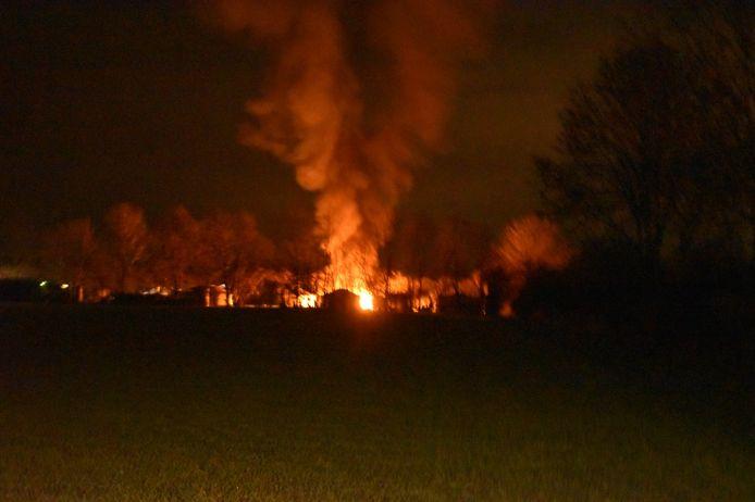 De nachtelijke brand in een caravan in Angeren, gezien vanaf een afstandje.