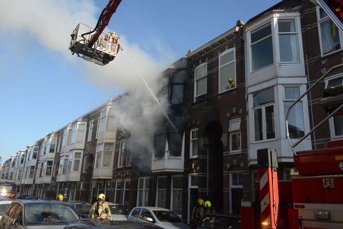 De brand is op de eerste verdieping in een woning aan de Ampèrestraat.