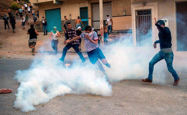 Politie schoot traangas op betogers in Al Hoceima tijdens schermutselingen na een betoging.