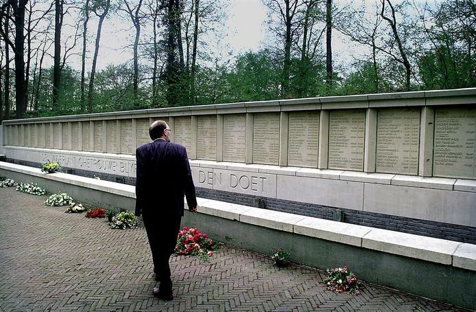 Burgemeester De Groot van Vught loopt langs het monument op de Fusilladeplaats, waar ook de naam van Koert van Haaren op staat.