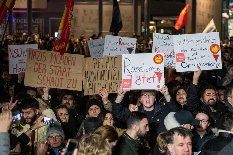Demonstranten tegen racisme en extremisme gisteravond in het Duitse Hanau, waar de aanslag door een rechts-extremistische schutter negen levens eiste.  Beeld Getty Images