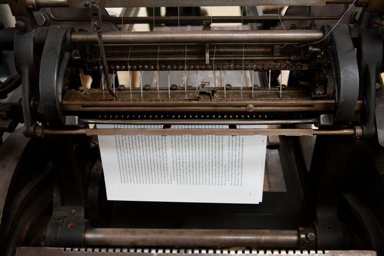 Een oude bindmachine naait katernen. Beeld Pauline Niks