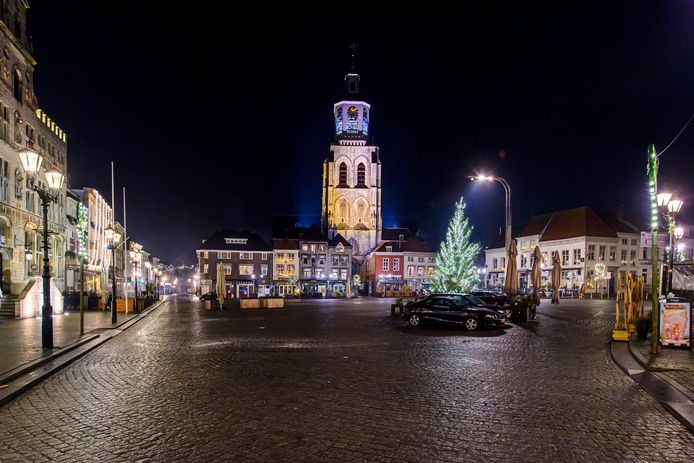 De Grote Markt in Bergen op Zoom was helemaal leeg tijdens oudjaarsavond.