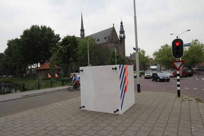 Al kort na de plaatsing lag de doos met politielogo op zijn kant.