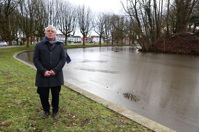 Rechts in de Singel moet een wandelpad komen. Bewoner Willem Jan Laan is daar op tegen.