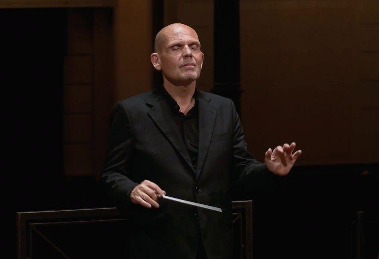 Jaap van Zweden tijdens het dirigeren van Beethovens Vijfde Symfonie.  Beeld