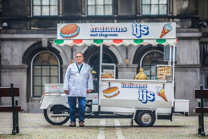 IJscoman Moes op zijn vaste stek op het Binnenhof.