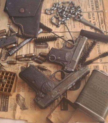 Bewoners vinden na verhuizing zak met oude vuurwapens in plafond