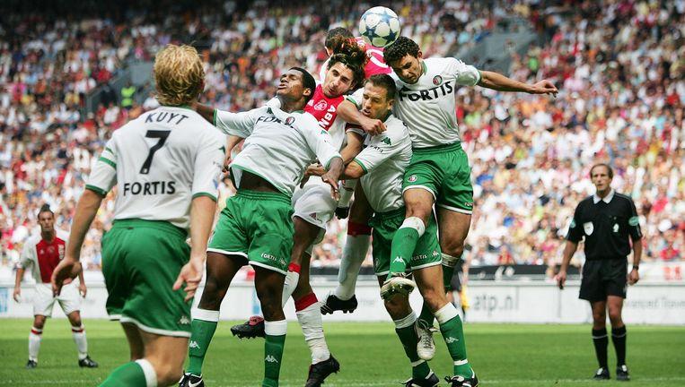 Feyenoord won op 28 augustus 2005 voor het laatst in de Arena, met 1-2. Op de foto duelleren Bahia, Paauwe en Ghaly met Ajacied Escudé Beeld Guus Dubbelman / de Volkskrant