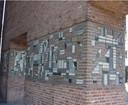 Een deel van het mozaïek van Riemko Holtrop op de gevel van het Hengelose stadhuis.