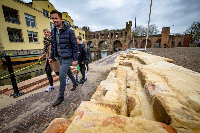 De oever van de Berkel is op de hoogte van de steiger van de fluisterboten afgegraven tot aan de historische kloostermuur.