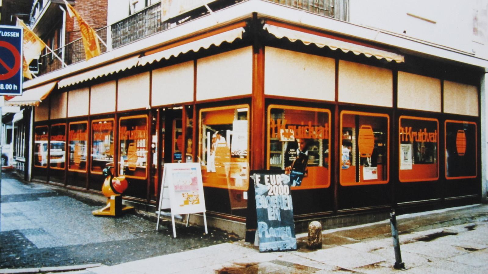 De allereerste Kruidvat in Hilversum, geopend op 10 september 1975. De winkel had toen nog een tonnetje als logo en heette officieel 't Kruidvat.